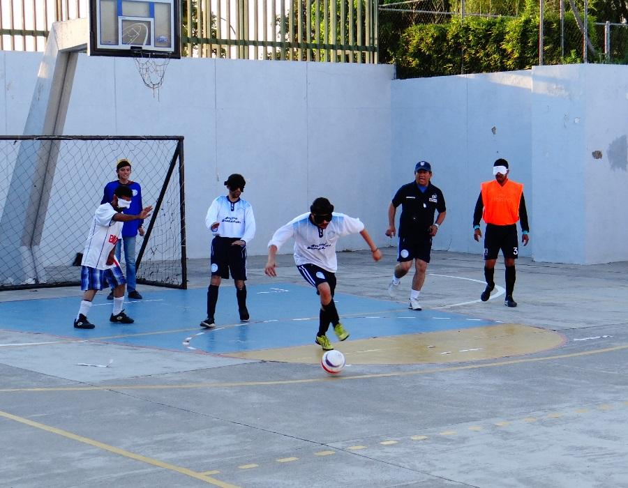 """Al sentirse cerca del balón cada jugador dice """"Voy"""" con el objetivo de que sus compañeros le pasen la pelota. Foto: Jessica Padilla."""