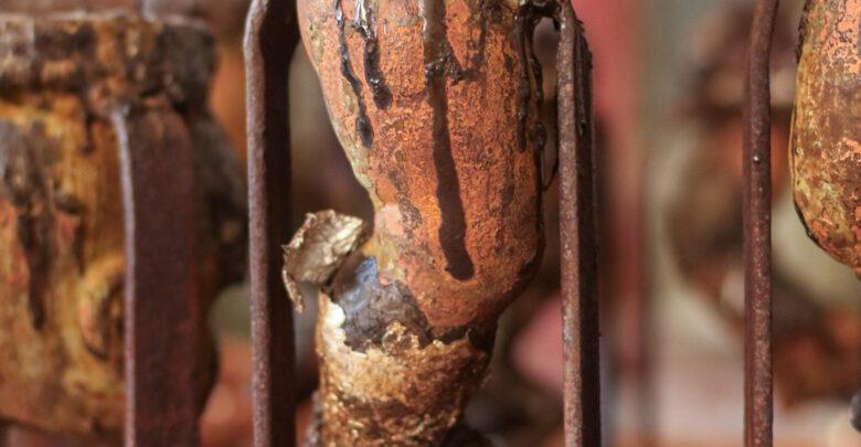 Molde de una pierna de muñeca, donde se cocina el vinil.