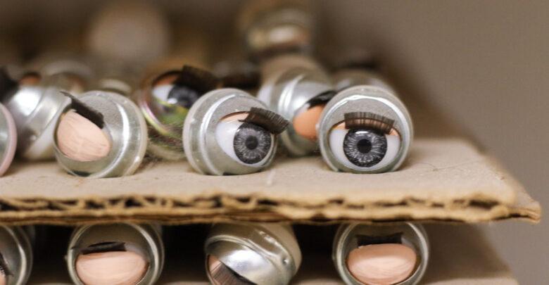 Los ojos móviles son de los pocas partes de la muñeca que no son producidos en la fábrica. La mayoría del material es importado, nacional o extranjero.