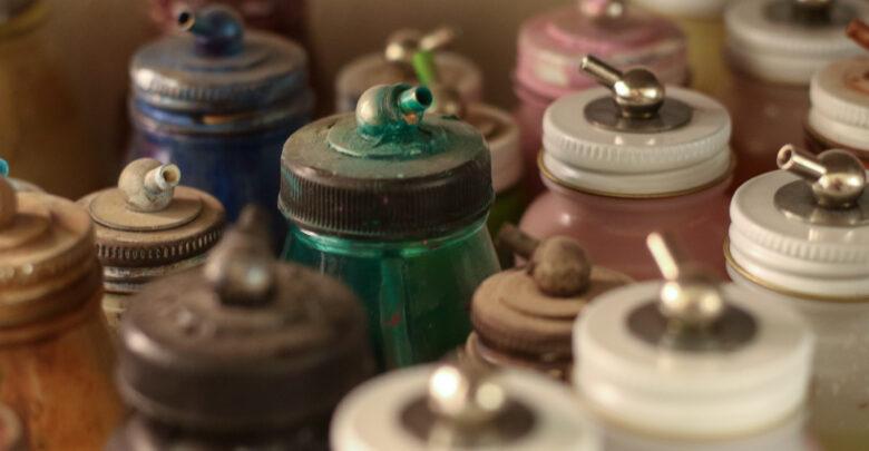 Los colores son aplicados en las muñecas con pincel o aerógrafo.
