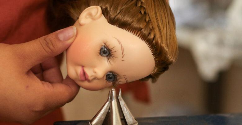 Para colocar los ojos, se utiliza esta máquina donde se coloca la pieza que entra a presión en la cabeza, ya pintada, de la muñeca.