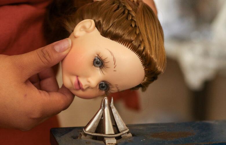 Colocación de ojos en muñecas