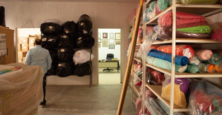 El Sr. Francisco camina por el taller, entre telas y rellenos de algodón. Recuerda con nostalgia los días de producción.