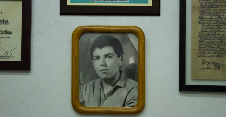Dentro del taller, en la oficina del Sr. Francisco, cuelga entre econocimientos académicos la fotografía de su padre, a quien recuerda con gran cariño.