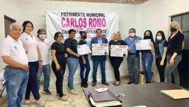 """Carlos Romo y colectiva """"Feministas Atoto Unidas"""". Foto: Facebook."""